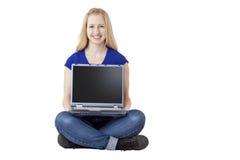 Jonge, aantrekkelijke de computerlaptop van de vrouwenholding Royalty-vrije Stock Foto's