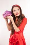 Jonge aantrekkelijke donkerbruine Kerstmisgift van de vrouwenholding Royalty-vrije Stock Foto