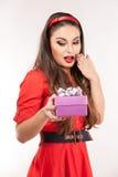 Jonge aantrekkelijke donkerbruine Kerstmisgift van de vrouwenholding Royalty-vrije Stock Fotografie