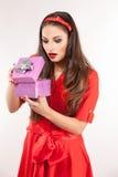 Jonge aantrekkelijke donkerbruine Kerstmisgift van de vrouwenholding Stock Afbeeldingen