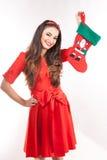 Jonge aantrekkelijke donkerbruine Kerstmiskous van de vrouwenholding Royalty-vrije Stock Afbeeldingen