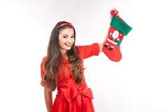Jonge aantrekkelijke donkerbruine Kerstmiskous van de vrouwenholding Stock Foto