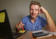 Jonge aantrekkelijke en gelukkige bedrijfsmens die met laptop computer thuis bureau glimlachen werken tevreden en zeker in succes Stock Afbeeldingen