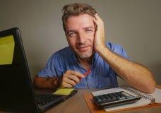 Jonge aantrekkelijke en gelukkige bedrijfsmens die met laptop computer thuis bureau glimlachen werken tevreden en zeker in succes Royalty-vrije Stock Foto's