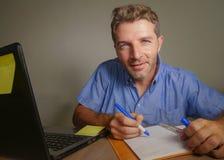 Jonge aantrekkelijke en gelukkige bedrijfsmens die met laptop computer thuis bureau glimlachen werken tevreden en zeker in succes Stock Fotografie