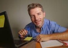 Jonge aantrekkelijke en gelukkige bedrijfsmens die met laptop computer thuis bureau glimlachen werken tevreden en zeker in succes Stock Foto