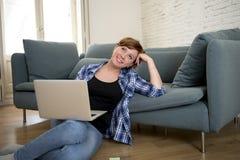 Jonge aantrekkelijke en gelukkige ontspannen vrouwen thuis bank en dreamf Stock Foto's