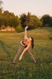 Jonge aantrekkelijke gelukkige fitneesvrouw opleiding in het park Zij m Stock Afbeeldingen
