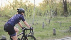 Jonge aantrekkelijke geschikte vrouw die een fiets in het park berijden Opleiding voor een ras Het cirkelen concept stock video