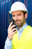 Jonge Aantrekkelijke ingenieur die talkie walkie op het dok gebruiken royalty-vrije stock fotografie