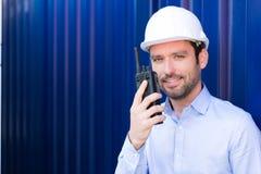 Jonge Aantrekkelijke ingenieur die talkie walkie op het dok gebruiken royalty-vrije stock afbeelding