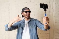 Jonge aantrekkelijke Latijnse mens die een selfie met zijn slimme celtelefoon nemen stock afbeelding