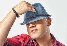 Jonge aantrekkelijke mens die een hoed dragen stock foto's