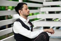 Jonge aantrekkelijke mens het luisteren muziek Knappe hipster mediteert Royalty-vrije Stock Foto's