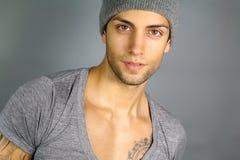 Jonge aantrekkelijke mens met een hoed Stock Afbeeldingen