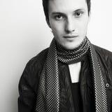 Jonge aantrekkelijke mens in sjaal Stock Foto