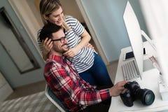 Jonge aantrekkelijke ontwerpers die van huis samenwerken royalty-vrije stock foto's