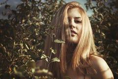 Jonge aantrekkelijke redhairvrouw buiten Het concept van de vrijheid royalty-vrije stock foto