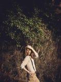 Jonge aantrekkelijke redhairvrouw buiten op gebieden Vrijheid concep Royalty-vrije Stock Afbeeldingen