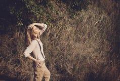 Jonge aantrekkelijke redhairvrouw buiten op gebieden Vrijheid concep Stock Foto's