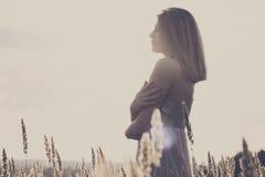 Jonge aantrekkelijke redhairvrouw buiten op gebieden Vrijheid concep Royalty-vrije Stock Fotografie