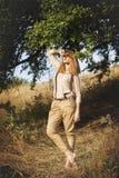 Jonge aantrekkelijke redhairvrouw buiten op gebieden Vrijheid concep royalty-vrije stock foto