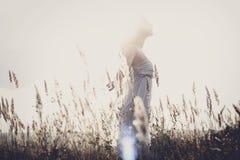 Jonge aantrekkelijke redhairvrouw buiten op gebieden Vrijheid concep stock fotografie