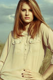Jonge aantrekkelijke redhairvrouw buiten op gebieden Vrijheid concep royalty-vrije stock afbeelding