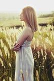 Jonge aantrekkelijke redhairvrouw buiten op gebieden Vrijheid concep stock afbeelding
