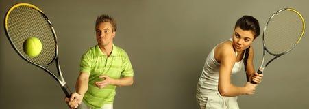 Jonge aantrekkelijke tennisspelers Stock Foto's
