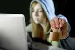 Jonge aantrekkelijke tienervrouw die hoodie het binnendringen in een beveiligd computersysteem laptop dragen cyberc Royalty-vrije Stock Afbeelding