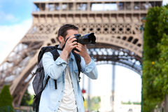 Jonge aantrekkelijke toerist die beelden in Parijs nemen royalty-vrije stock afbeeldingen