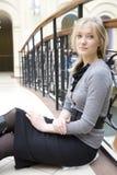 Jonge aantrekkelijke vermoeide blonde vrouw stock foto's
