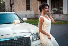 Jonge aantrekkelijke VIP Vrouw in de kledingstribune dichtbij witte limousine royalty-vrije stock foto