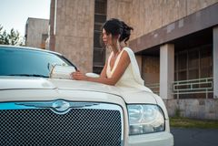 Jonge aantrekkelijke VIP Vrouw in de kledingstribune dichtbij witte limousine stock afbeelding