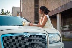 Jonge aantrekkelijke VIP Vrouw in de kledingstribune dichtbij witte limousine stock foto's