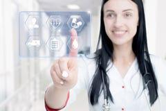 Jonge aantrekkelijke vrouw arts wat betreft pictogram van media het scherm stock fotografie