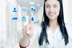 Jonge aantrekkelijke vrouw arts wat betreft pictogram van media het scherm royalty-vrije stock afbeelding