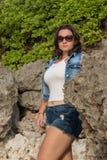 Jonge aantrekkelijke vrouw dichtbij de oceaan op een de zomerdag Tropisch eiland Bali, Indonesië stock fotografie