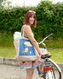 Jonge aantrekkelijke vrouw die een fiets berijdt Stock Fotografie