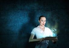 Jonge aantrekkelijke vrouw die een tablet houden Royalty-vrije Stock Foto