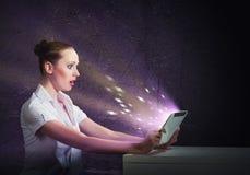 Jonge aantrekkelijke vrouw die een tablet houdt Stock Afbeelding