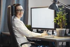 Jonge aantrekkelijke vrouw die freelancer aan PC thuis werken royalty-vrije stock afbeelding