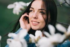 Jonge aantrekkelijke vrouw die het blauwe modieuze jeansjasje stellen dragen Royalty-vrije Stock Foto