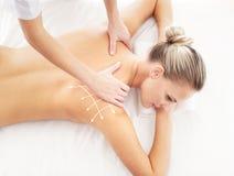 Jonge aantrekkelijke vrouw die het masseren van behandeling krijgen Stock Foto's