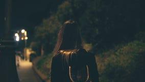 Jonge aantrekkelijke vrouw die laat bij nacht alleen in Rome, Italië lopen Het meisje gaat door het stadscentrum dichtbij Colosse stock afbeeldingen
