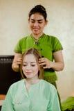 Jonge aantrekkelijke vrouw die massage krijgen Stock Afbeeldingen