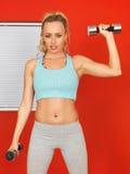 Jonge Aantrekkelijke Vrouw die met Gewichten uitoefenen Stock Afbeelding