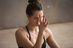 Jonge aantrekkelijke vrouw die pranayama van nadishodhana, grijze nagel maken royalty-vrije stock foto's