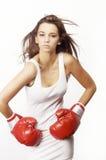 Jonge aantrekkelijke vrouw die rode bokshandschoenen draagt royalty-vrije stock fotografie